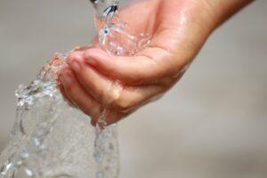 水で濡れた手