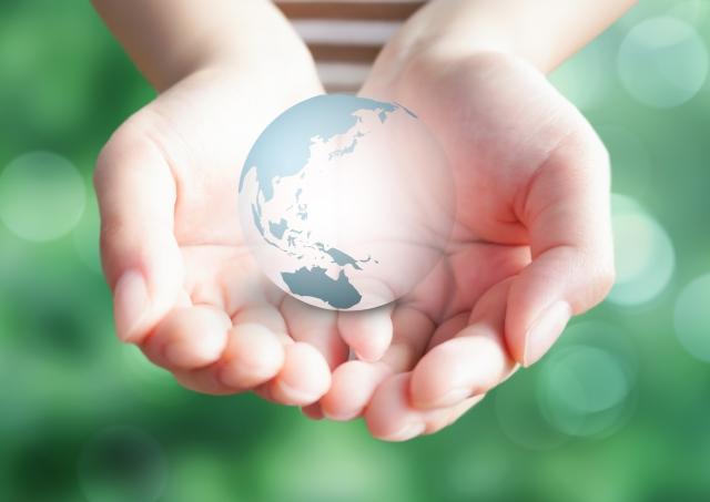 地球と手の平
