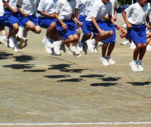 運動するたくさんの子供