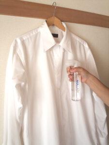 白いシャツにヌーラをスプレー